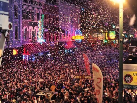 Passage à la nouvelle année en fanfare sur Beale Street