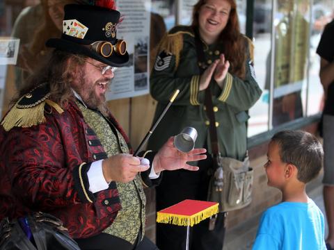 Ein Magier im Steampunk-Stil begeistert das Publikum.