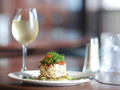 Un plat alléchant accompagné d'un délicieux verre de vin dans un restaurant de La Nouvelle-Orléans