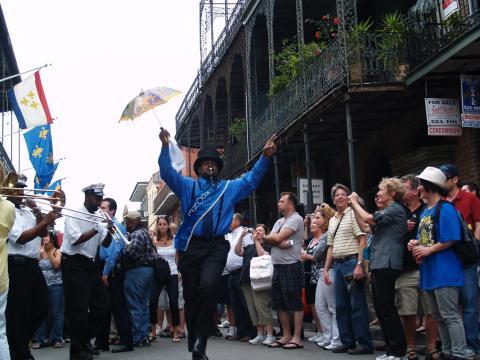 Musique de rue en fin de cortège lors du French Quarter Festival