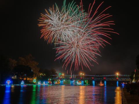 Feuerwerk und festliche Beleuchtungen während des Turn on the Holidays Festival of Lights