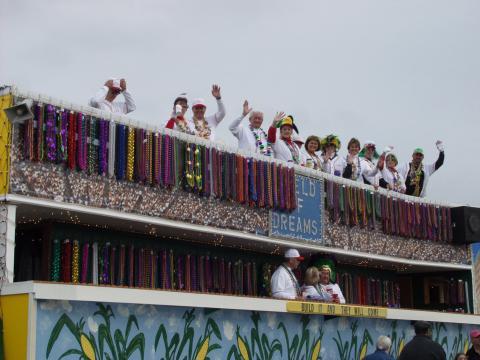 Ein Festwagen mit Baseball-Motiv auf der Krewe of Dionysos Mardi Gras Parade